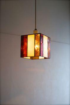 玄関の照明にご依頼いただきました、ステンドグラスのランプです。暖かい色味のガラスをご希望いただきました。ありがとうございました。