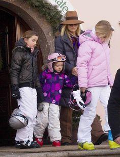Vervolgens nam Prinses Máxima de kinderen mee naar de skischool,