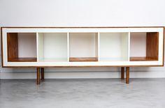 Matériel : - EXPEDIT, Étagère 1x5, blanc (701.162.76) - Planches de contre-plaqué 12mm Description : - Mettez votre étagère en position horizontale, ajoute