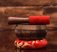 Handmade Tibetan Om mantra etched singing bowl offered by Best Himalaya for special chakra healing with leather mallet and Tibetan silk mat cushion. Tibetan Mantra, Om Mantra, Tibetan Bowls, Buddhist Symbols, Sacred Art, Mortar And Pestle, Chakra Healing, Bowl Set, Carving