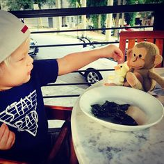 Monkey is hungry mama. #littlebear #littlebitofperfect @ericcolsen #powwowprints