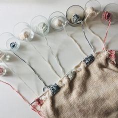 Zopfmuster Strickwahnsinn mit 27 Fäden gleichzeitig, da helfen nur Schnapsgläser. @knit_kit @etsy.com/de/shop/KnitKit? #zopfmuster #zopfmusterstricken #mehrfarbigstricken #sweaterknitting Kit, Etsy, Instagram