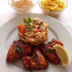 Vandaag ga ik weer lekker voor bami met kippenvleugels uit de oven. Alleen serveer ik er dit keer nog satésaus bij. Wat schaft de pot bij jullie?
