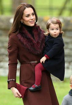 Auf dem Weg zur Weihnachtsmesse in Bucklebury hält Herzogin Catherine ihre zuckersüße Tochter Charlotte auf dem Arm. Passend zu Mamas bordauxfarbenem ...