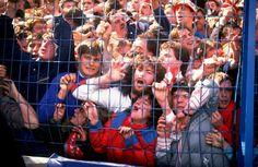 La catástrofe provocó un viraje en las normativas de seguridad de todos los estadios, que suprimieron las vallas de separación entre gradas y césped