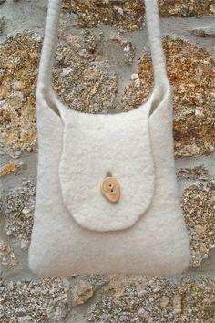 Petit sac en pure laine feutrée par LAtelierSauvage sur Etsy, €44.00