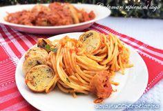 Gli spaghetti al sugo di calamari ripieni sono un piatto unico di origine meridionale; il ripieno è personalizzabile secondo i propri gusti.