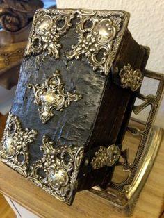 gorgeous old bible with simply beautiful binding.  Raritaet-Antike-Prunk-Bibel-von1822