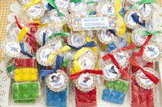 Como ya os conté el martes pasado cuando os mostré la Tarta Lego Marvel para la comunión de Jorge, la mesa dulce estaba inspirada en los p...