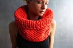 Dieser süße Schal ist in klassischem Muster gestrickt. Der Schal wärmt dich an kalten Tagen und hübscht dein Outfit auf. Du kannst ihn wenden und ihn mit anderem Muster tragen.  Der Schlauchschal wurde aus besonders dicker roter Schachenmayr-Wolle gestrickt.