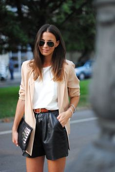 Bien porter le short How to choose your shorts and how to wear them in style! All the tips & outfit ideas are in this article! Leather Shorts Outfit, Black Leather Shorts, Blazer And Shorts, Leather Blazer, Leather Trousers, Leather Belts, Looks Com Short, Look Short, Fashion Moda