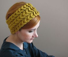 feathered knit headband - crocodile stitch this photo looks so vintage I love pieces like this Crochet Video, Hand Crochet, Hand Knitting, Knitting Patterns, Knit Crochet, Crochet Patterns, Crochet Hats, Crochet Girls, Crochet Crocodile Stitch