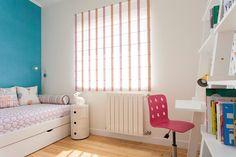 Quarto de menina Cama / mesa de cabeceira / cortinados / almofadas decorativas