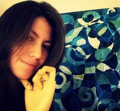 Hola! me presento con este #selfiemoocarteytic, junto a una de mis pinturas que representa mi personalidad tranquila, pero muy fuerte. También use un modelo de mano en madera que uso para dibujar con el fin de mostrar la importancia que doy a mis manos como herramientas fundamentales para la creación.