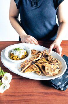 Réaliser du pain naan maison! C'est Bon, Bread, Food, Recipe For Naan Bread, Side Dishes, Home, Meal, Essen, Hoods
