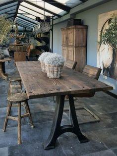 Industriele tafel met oude gietijzeren poten