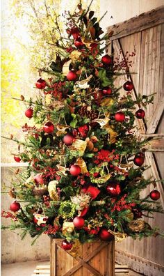 40 Christmas Decorations Ideas Bringing The Christmas Spirit into Your Living Room Arbol de navidad Merry Little Christmas, Noel Christmas, Winter Christmas, All Things Christmas, Christmas Wreaths, Christmas Crafts, Green Christmas, Cottage Christmas, Christmas Tree Box Stand