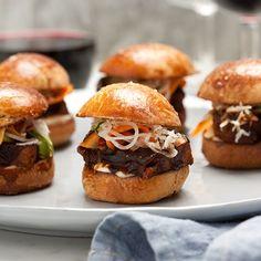 Hamburgerbröd Wine And Spirits, Sliders, Pickles, Hamburger, Chili, Bbq, Ethnic Recipes, Food, Brioche