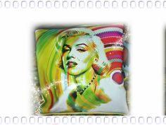 Cuscino in ecopelle personalizzato con immagine Marylin Monroe. Si possono usare anche le proprie immagini per personalizzare cuscini, borse, pochette, magliette, tele...tutto su www.drew-lab.com