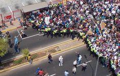CON PUEBLO ARRECHO NO HAY BARRERAS POSIBLES => @fadijoder 1:19pm LA MARCHA PASABA Y PASÓ #MARACAIBO #19M pic.twitter.com/XYfAgNoXPm