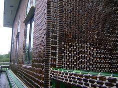 Templo budista Wat pa maha chedi kaew - Khun Han, Tailandia. Construido con botellas de cervezas. #Arquitectura http://diarioecologia.com/templo-budista-construido-con-mas-de-un-millon-de-botellas-recicladas/