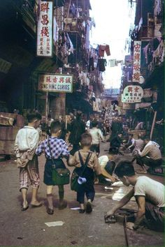 Bill ✔️ 50s Hong Kong street scene.    Bill Gibson-Patmore.  (curation & caption: @BillGP). Bill✔️