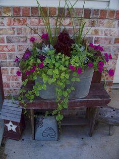 55 Fresh Spring Garden Ideas for Front Yard and Backyard Landscaping - Diy Garden Decor İdeas Outdoor Pots, Outdoor Flowers, Outdoor Ideas, Outdoor Gardens, Outdoor Living, Small Flower Pots, Flower Planters, Flower Beds, Self Watering Pots
