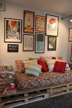 sofá de pallet + quadrinhos