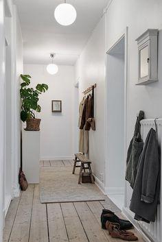 Des tons doux de blanc, de gris et de bois pour cet intérieur qui respire tout simplement le bien-être.