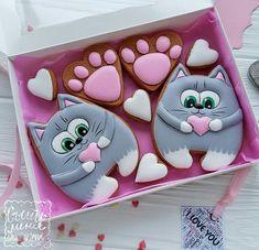 Нет описания фото. Cat Cookies, Cookies For Kids, Cupcake Cookies, Christmas Sugar Cookies, Valentine Cookies, Birthday Cookies, Cookie Icing, Royal Icing Cookies, Cookie Drawing