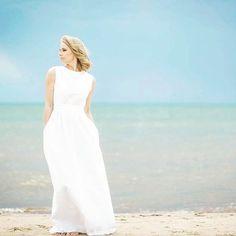 When less is definitely more. Married in Robert Kalinkin white linen dress! #robertkalinkin #bride #weddingdress #minimal #white #linen #wedding #weddingseason #elegant #simple #look #monday #mood #summer #beach #sea #bridal #lessismore