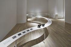 colourful shadows@tokyo / テーブルで柔らかく繋がれた展示会場