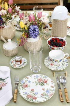 Mesa de café da manhã com cores alegres e suaves. Rosa, azul, verde e amarelo nos arranjos florais e detalhes da louça by Theodora Home! Talheres de bambu e guardanapo em linho bordado para dar um charme a mais!