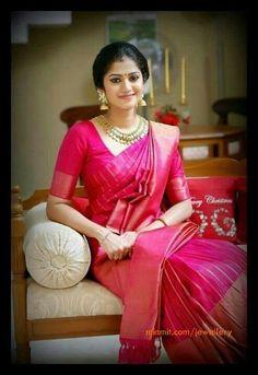 Kanchipuram Sari- A must at a South Indian wedding Kerala Bride, South Indian Bride, Indian Bridal, Saris, Indian Dresses, Indian Outfits, Indische Sarees, Anarkali, Bandeau Outfit