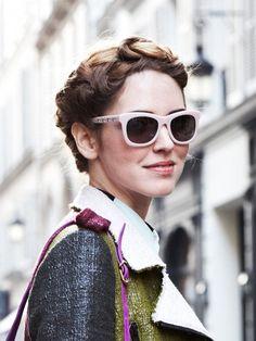 Die italienische Lifestyle-Bloggerin Chiara Ferragni bekam von Redken Global Styling Director Guido Palau diese tolle Flechtfrisur im Bohemian Look verpasst. Wenn ihr auch so aussehen wollt, beginnt ihr den französischen Zopf am besten ab dem linken Ohr zu flechten.Dann geht's einmal rund um den Kopf, bis das Ende des Zopfs festgesteckt wird. Entweder hört ihr jetzt schon auf und fixiert alles, oder ihr klappt das ganze Kunstwerk einfach einmal nach hinten um und steckt es erneut fest.