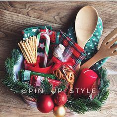 NEW♥️ Открытый подарочный кухонный набор -прихватка варежка -лопатки деревянные -кухонные полотенца (2 шт, праздничные) -палочка для мёда -стакан керамический красный -свеча -крендельки -соломка с солью -леденец -шоколад (2 шт, Ритер спорт) -пластиковая корзинка -декор Снаружи набор оформлен в прозрачную упаковочную пленку с бантом) 1990₽ ‼️ОДИН‼️ Только Барнаул! _______________________ По всем вопросам и заказам direct / WA +7913-027-46-04 #подарочныйнабор #подарочныйбокс #бокс...