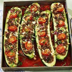 Stuffed zucchini with spicy minced meat and feta Easy Healthy Recipes, Healthy Drinks, Healthy Snacks, Easy Meals, Healthy Fats, Tapas, Recettes Anti-candida, Food Porn, Oven Dishes