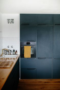 Sigurd Larsen kitchen design in aluminium in the colour anthracite with a countertop in solid oak.
