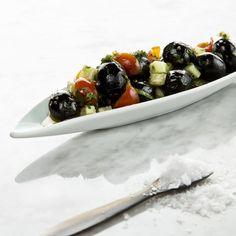 aceitunas negras con pepino y tomate