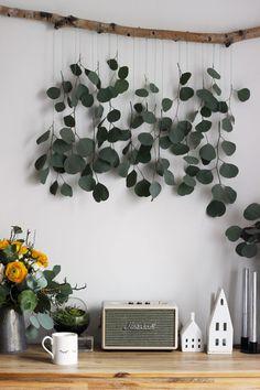 LIVING + DIY | Dekorationsidee zum Selbermachen: Eukalyptus-Vorhang fürs Wohnzimmer Diy Wall Decor, Room Decor, Kitchen Ornaments, Woodland Nursery Decor, Boho Diy, Vases Decor, Diy Painting, Decoration, Diy Art