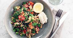 Matig grönsakspytt med matkorn, kål, kikärtor och ricottakräm. Så god vardagsvego!
