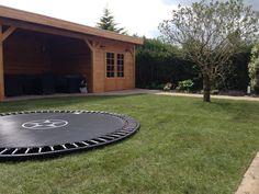 trampoline in de grond opgenomen zodat de hoogte gelijk is met het gazon