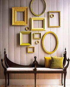 Man muss nicht gleich die Wand neu streichen: Gelbe Rahmen und Spiegel tun es auch.