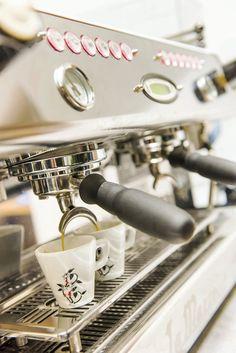 Garçon, un café... Caron - Venez savourer un café artisanal d'exception à la brûlerie Caron. Régal vous donne ses cinq bonnes raisons de découvrir cette enseigne unique en France.