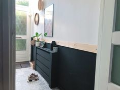 Waarom je moet durven doen in jouw huis Hall with black paneling and spruce top as a finish. Small Room Bedroom, Bedroom Colors, Small Rooms, Bedroom Ideas, Interior Design Living Room, Living Room Designs, Hallway Paint, Pantry Laundry Room, Radiator Cover