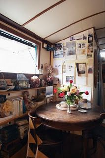 Is it really possible to live on a houseboat?different types of houseboats that are commonly used as fulltime dwellings of vacation homes. Small Space Living, Living Spaces, Small Spaces, Tiny Living, Narrowboat Interiors, Houseboat Living, Make A Boat, Oak Dining Table, Dining Area