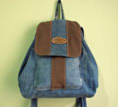 Mochila feita em jeans reciclado,com 1 bolso na frente,alça regulável,ferragens prateadas.