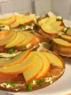 Bread with prosciutto, fetacheese and apples