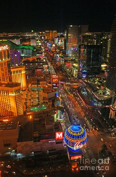 Paris Balloon and Las Vegas Boulevard, Las Vegas, Nevada, United States of America. Las Vegas Blvd, Las Vegas Trip, Las Vegas Nevada, Places To Travel, Places To Go, Night City, Thing 1, Canada, New York