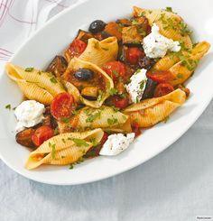 Auberginen, Oliven, Tomatensauce und Ricotta - und schon schmecken Sie das Mittelmeer.